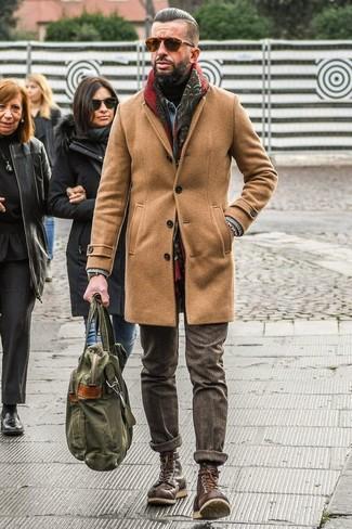 Wie kombinieren: camel Mantel, hellblaue Jeansjacke, schwarzer Rollkragenpullover, braune Wollanzughose