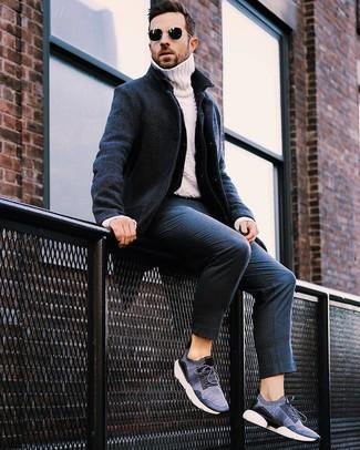 Wie kombinieren: dunkelblauer Mantel, dunkelblaue Jeansjacke, weißer Strick Rollkragenpullover, dunkelblaue vertikal gestreifte Anzughose