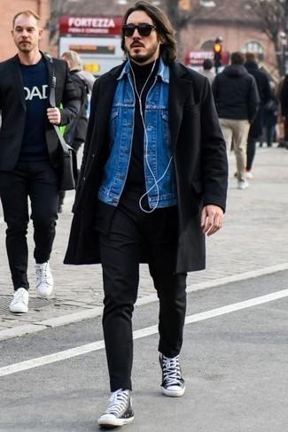 Schwarzen Rollkragenpullover kombinieren – 1045+ Herren Outfits: Vereinigen Sie einen schwarzen Rollkragenpullover mit einer schwarzen Chinohose für ein großartiges Wochenend-Outfit. Wenn Sie nicht durch und durch formal auftreten möchten, wählen Sie schwarzen und weißen hohe Sneakers aus Segeltuch.
