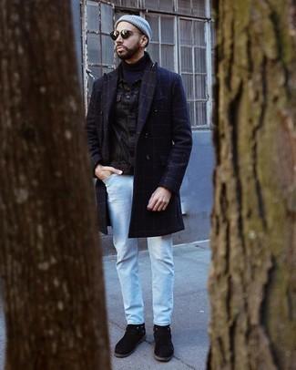 Hellblaue Jeans kombinieren – 22 Winter Herren Outfits: Tragen Sie einen dunkelblauen Mantel mit Karomuster und hellblauen Jeans für Drinks nach der Arbeit. Schwarze Chelsea Boots aus Wildleder putzen umgehend selbst den bequemsten Look heraus. Ein insgesamt sehr cooles Winter-Outfit.