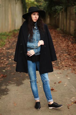 Wie kombinieren: schwarzer Mantel, blaue Jeansjacke, schwarzer Rollkragenpullover, blaue enge Jeans mit Destroyed-Effekten