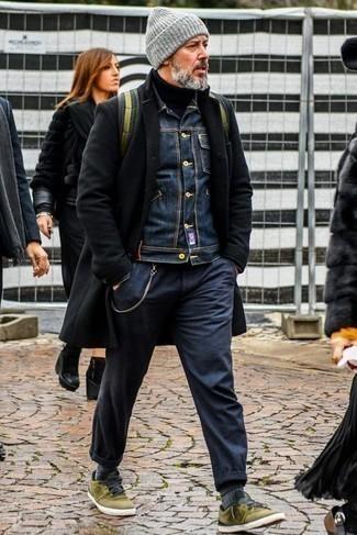 50 Jährige: Smart-Casual Outfits Herren 2021: Paaren Sie einen schwarzen Mantel mit einer dunkelblauen Chinohose, wenn Sie einen gepflegten und stylischen Look wollen. Wenn Sie nicht durch und durch formal auftreten möchten, komplettieren Sie Ihr Outfit mit olivgrünen Segeltuch niedrigen Sneakers.