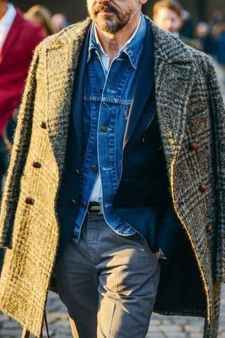 Wie kombinieren: olivgrüner Mantel mit Schottenmuster, blaue Jeansjacke, dunkelblaues Sakko, hellblaues Langarmhemd