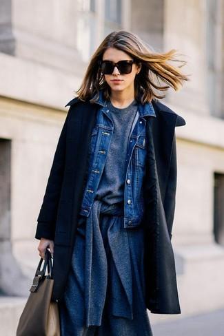 Wie kombinieren: schwarzer Mantel, blaue Jeansjacke, dunkelgraue Strickjacke, dunkelgraues Sweatshirt