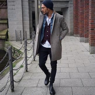 Wie kombinieren: grauer Mantel, blaue Jeansjacke, dunkelrote Strickjacke, weißes Langarmhemd