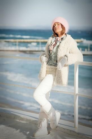 Wie kombinieren: hellbeige flauschiger Mantel, hellblaue Jeansjacke, hellbeige Strickpullover, weiße Jogginghose