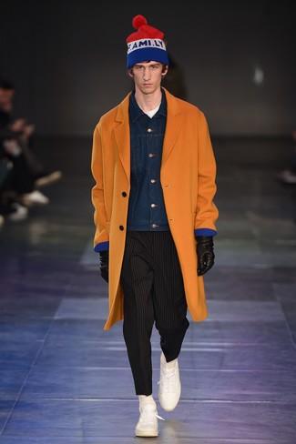 orange Mantel, dunkelblaue Jeansjacke, weißes T-Shirt mit einem Rundhalsausschnitt, schwarze vertikal gestreifte Chinohose für Herren
