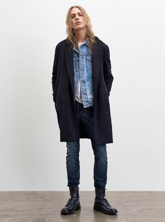 Wie kombinieren: dunkelblauer Mantel, hellblaue Jeansjacke, weißes T-Shirt mit einem Rundhalsausschnitt, dunkelblaue Jeans