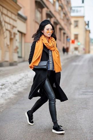 Wie kombinieren: schwarzer Mantel, blaue Jeansjacke, weißes und schwarzes horizontal gestreiftes T-Shirt mit einem Rundhalsausschnitt, schwarze Leder enge Jeans