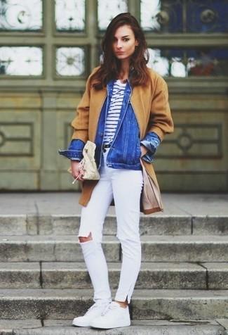 Wie kombinieren: beige Mantel, blaue Jeansjacke, weißes und dunkelblaues horizontal gestreiftes T-Shirt mit einem Rundhalsausschnitt, weiße enge Jeans mit Destroyed-Effekten