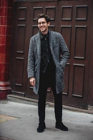 Wie kombinieren: dunkelgrauer Mantel mit Schottenmuster, schwarze Jeansjacke, schwarzes T-Shirt mit einem Rundhalsausschnitt, schwarze enge Jeans