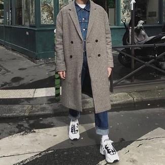 Wie kombinieren: grauer Mantel mit Karomuster, blaue Jeansjacke, weißes T-Shirt mit einem Rundhalsausschnitt, dunkelblaue Jeans