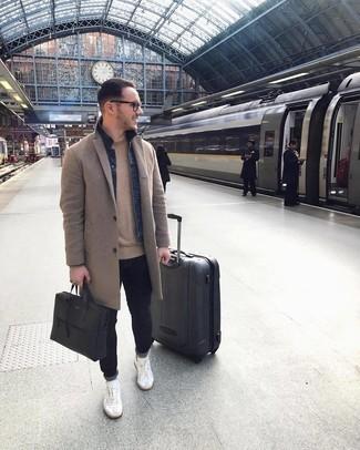 Weiße Leder niedrige Sneakers kombinieren – 500+ Casual Herren Outfits: Kombinieren Sie einen camel Mantel mit dunkelblauen engen Jeans für einen bequemen Alltags-Look. Fühlen Sie sich ideenreich? Vervollständigen Sie Ihr Outfit mit weißen Leder niedrigen Sneakers.
