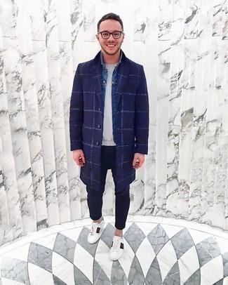 Weiße bedruckte Leder niedrige Sneakers kombinieren – 118 Herren Outfits: Kombinieren Sie einen dunkelblauen Mantel mit Karomuster mit einer dunkelblauen Chinohose, wenn Sie einen gepflegten und stylischen Look wollen. Suchen Sie nach leichtem Schuhwerk? Vervollständigen Sie Ihr Outfit mit weißen bedruckten Leder niedrigen Sneakers für den Tag.