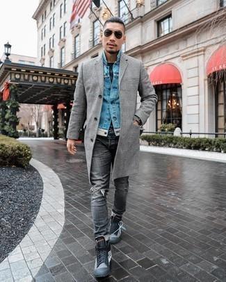 Dunkelgraue Lederuhr kombinieren – 480 Herren Outfits: Für ein bequemes Couch-Outfit, vereinigen Sie einen grauen Mantel mit Schottenmuster mit einer dunkelgrauen Lederuhr. Dunkelgraue bedruckte hohe Sneakers aus Segeltuch fügen sich nahtlos in einer Vielzahl von Outfits ein.