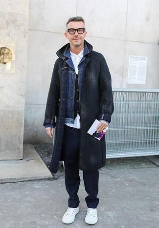 Wie kombinieren: dunkelgrauer Mantel mit Karomuster, blaue Jeansjacke, schwarze Weste, weißes Businesshemd