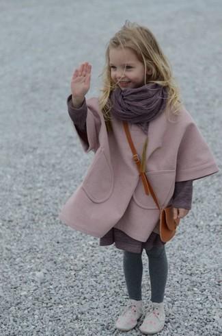 Wie kombinieren: rosa Mantel, lila Kleid, graue Chukka-Stiefel, lila Schal