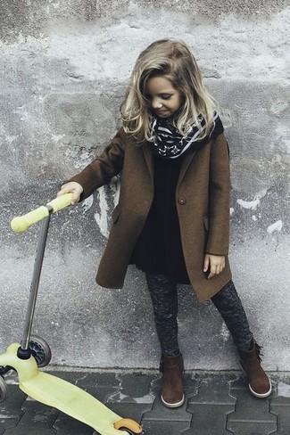 Wie kombinieren: brauner Mantel, schwarzes Wollkleid, dunkelgraue Leggings, dunkelbraune Stiefel aus Wildleder