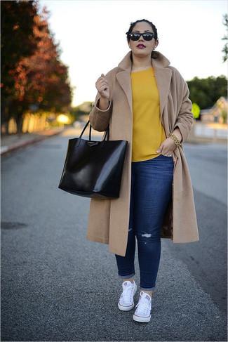 Dunkelblaue enge Jeans mit Destroyed-Effekten kombinieren: trends 2020: Ein beige Mantel und dunkelblaue enge Jeans mit Destroyed-Effekten sind absolut Alltags-Essentials und können mit einer Vielzahl von Kleidungsstücken gepaart werden, um einen wunderbaren Casual-Look zu erhalten. Bringen Sie die Dinge durcheinander, indem Sie weißen Segeltuch niedrige Sneakers mit diesem Outfit tragen.