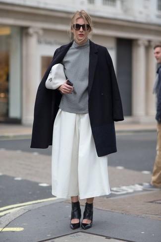 Wie kombinieren: schwarzer Mantel, graue Kurzarmbluse mit Karomuster, weißer Hosenrock, schwarze Leder Stiefeletten mit Ausschnitten