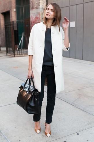 weißer Mantel, dunkelgraue Kurzarmbluse, schwarze Jeans, rotbraune Leder Pumps für Damen