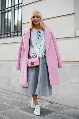 Wie kombinieren: rosa Mantel, graue Kurzarmbluse aus Spitze, grauer Falten Midirock, weiße Leder niedrige Sneakers