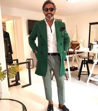 Smart-Casual kalt Wetter Outfits Herren 2020: Tragen Sie einen grünen Mantel und eine mintgrüne bedruckte Chinohose für einen für die Arbeit geeigneten Look. Schwarze Doppelmonks aus Leder sind eine einfache Möglichkeit, Ihren Look aufzuwerten.