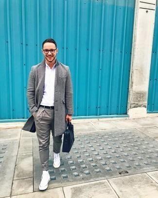 Herren Outfits 2020: Kombinieren Sie einen grauen Mantel mit Hahnentritt-Muster mit einer grauen Chinohose für Drinks nach der Arbeit. Wenn Sie nicht durch und durch formal auftreten möchten, wählen Sie weißen hohe Sneakers aus Segeltuch.
