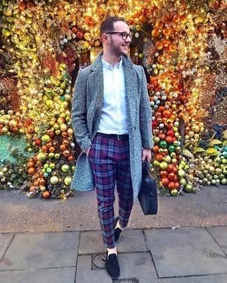 Dunkelblaue Chinohose mit Schottenmuster kombinieren – 85 Herren Outfits: Kombinieren Sie einen grauen Mantel mit einer dunkelblauen Chinohose mit Schottenmuster, um einen modischen Freizeitlook zu kreieren. Fühlen Sie sich ideenreich? Wählen Sie schwarzen Wildleder Slipper mit Quasten.