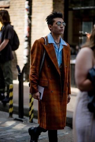 Schwarze Chinohose kombinieren – 500+ Herren Outfits: Kombinieren Sie einen rotbraunen Mantel mit Karomuster mit einer schwarzen Chinohose, wenn Sie einen gepflegten und stylischen Look wollen. Fügen Sie schwarzen klobigen Leder Derby Schuhe für ein unmittelbares Style-Upgrade zu Ihrem Look hinzu.
