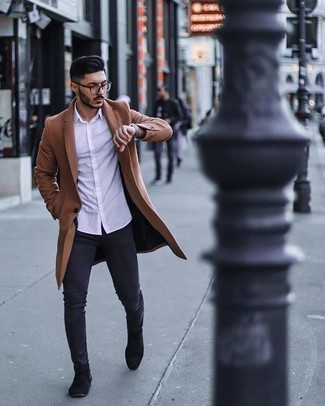 Smart-Casual Outfits Herren 2020: Kombinieren Sie einen camel Mantel mit dunkelgrauen engen Jeans, um einen lockeren, aber dennoch stylischen Look zu erhalten. Schwarze Chelsea Boots aus Wildleder putzen umgehend selbst den bequemsten Look heraus.