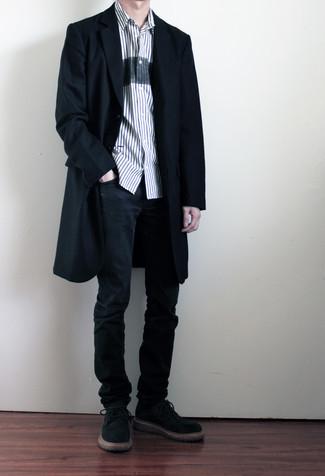 Weißes und dunkelblaues vertikal gestreiftes Kurzarmhemd kombinieren – 159 Herren Outfits: Kombinieren Sie ein weißes und dunkelblaues vertikal gestreiftes Kurzarmhemd mit schwarzen Jeans, um mühelos alles zu meistern, was auch immer der Tag bringen mag. Machen Sie Ihr Outfit mit schwarzen Wildleder Derby Schuhen eleganter.