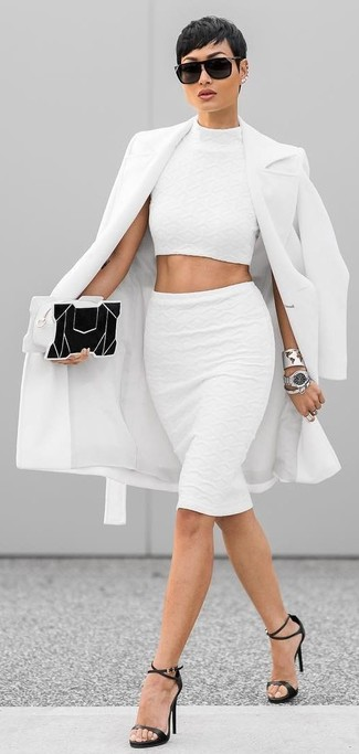 Wie kombinieren: weißer Mantel, weißes kurzes Oberteil, weißer Bleistiftrock, schwarze Leder Sandaletten