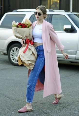 Rosa Mantel kombinieren – 153 Damen Outfits: Kombinieren Sie einen rosa Mantel mit blauen Boyfriend Jeans, um ein glamuröses Outfit zu erreichen. Fühlen Sie sich ideenreich? Ergänzen Sie Ihr Outfit mit rosa Leder Slippern.