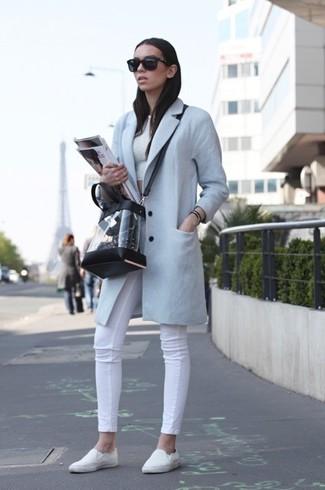 Wie kombinieren: hellblauer Mantel, weißes kurzes Oberteil, weiße enge Jeans, weiße Slip-On Sneakers