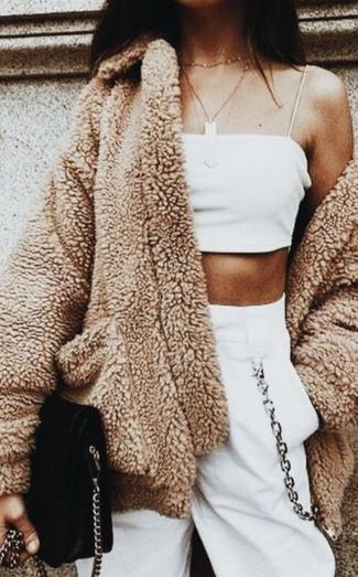 Schwarze Wildleder Umhängetasche kombinieren – 135 Damen Outfits: Beherrschen Sie den modischen lässigen City-Stil mit einem beige Fleece-Mantel und einer schwarzen Wildleder Umhängetasche.