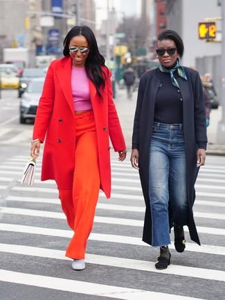 Wie kombinieren: roter Mantel, fuchsia kurzes Oberteil, orange weite Hose, graue Wildleder Stiefeletten