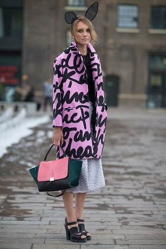 Wie kombinieren: rosa bedruckter Mantel, schwarze Chiffon Langarmbluse, grauer ausgestellter Rock mit Reliefmuster, schwarze klobige Leder Sandaletten