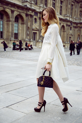 Wie kombinieren: weißer Mantel, weiße Spitze Langarmbluse, weißer ausgestellter Rock, schwarze klobige Wildleder Pumps