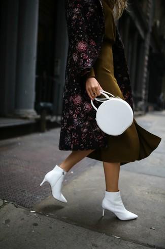 Schwarzen Mantel mit Blumenmuster kombinieren: trends 2020: Um ein verfeinertes, aber dennoch entspanntes Outfit zu erhalten, können Sie einen schwarzen Mantel mit Blumenmuster und einen olivgrünen Seide Bleistiftrock kombinieren. Dieses Outfit passt hervorragend zusammen mit weißen Leder Stiefeletten.