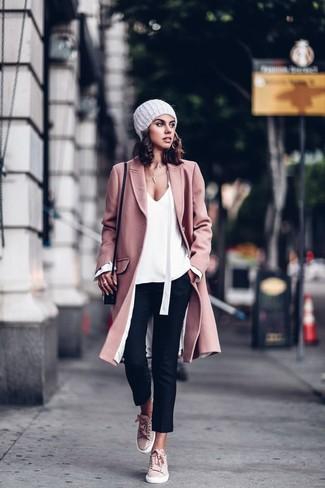 Wie kombinieren: rosa Mantel, weiße Langarmbluse, schwarze enge Hose, rosa Wildleder niedrige Sneakers