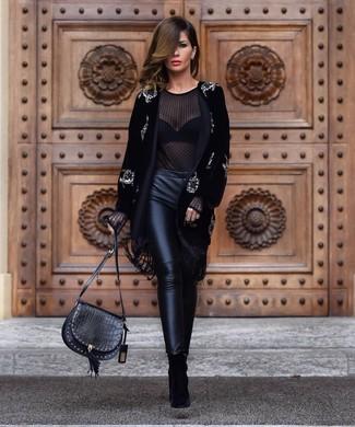 Schwarze enge Hose aus Leder kombinieren: trends 2020: Ein schwarzer verzierter Samtmantel und eine schwarze enge Hose aus Leder sind absolut lässige Essentials und können mit einer Vielzahl von Stücken kombiniert werden. Schwarze Wildleder Stiefeletten sind eine kluge Wahl, um dieses Outfit zu vervollständigen.
