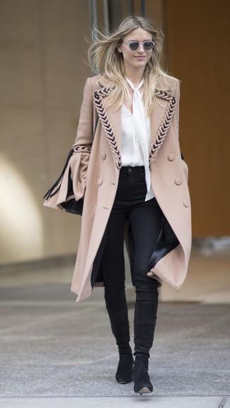 Wie kombinieren: beige Mantel, weiße Seide Langarmbluse, schwarze enge Hose, schwarze kniehohe Stiefel aus Wildleder