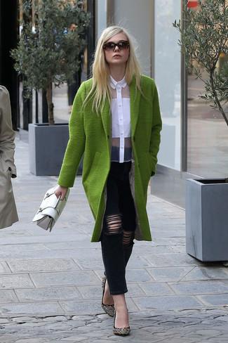 Arbeitsreiche Tage verlangen nach einem einfachen, aber dennoch stylischen Outfit, wie zum Beispiel ein olivgrüner Mantel und schwarze enge Jeans mit Destroyed-Effekten. Schalten Sie Ihren Kleidungsbestienmodus an und machen schwarzen verzierten Wildleder Pumps zu Ihrer Schuhwerkwahl.