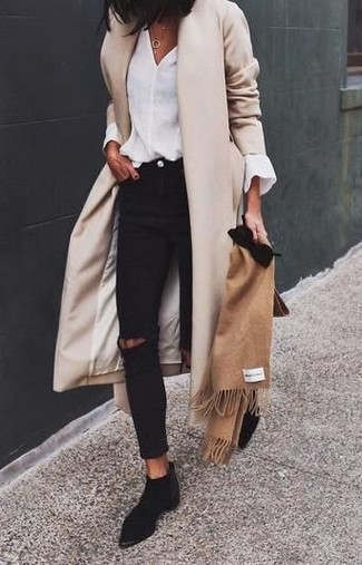 Hellbeige Mantel kombinieren – 540+ Damen Outfits: Kombinieren Sie einen hellbeige Mantel mit schwarzen engen Jeans mit Destroyed-Effekten, umeinen frischen Alltags-Look zu kreieren, der in der Garderobe der Frau nicht fehlen darf. Schwarze Chelsea Boots aus Wildleder sind eine ideale Wahl, um dieses Outfit zu vervollständigen.
