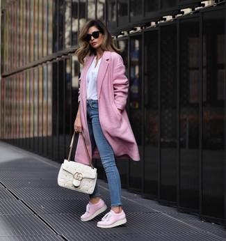 Wie kombinieren: rosa Mantel, weiße Langarmbluse, blaue enge Jeans, rosa Leder niedrige Sneakers