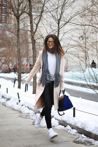 Wie kombinieren: hellbeige Mantel, weiße Langarmbluse, schwarze Leder enge Jeans, weiße hohe Sneakers