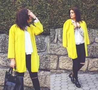 Tragen Sie einen gelben Mantel und schwarzen enge Jeans mit Destroyed-Effekten für ein sonntägliches Mittagessen mit Freunden. Machen Sie Ihr Outfit mit schwarzen Leder Stiefeletten mit Ausschnitten eleganter.