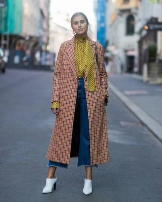 Dunkelblauen Hosenrock aus Jeans kombinieren – 7 Smart-Casual Damen Outfits kühl Wetter: Um einen unkompliziertfen aber stilsicheren Look zu zaubern, vereinigen Sie einen orange Mantel mit Karomuster mit einem dunkelblauen Hosenrock aus Jeans. Wählen Sie weißen Leder Pantoletten, um Ihr Modebewusstsein zu zeigen.
