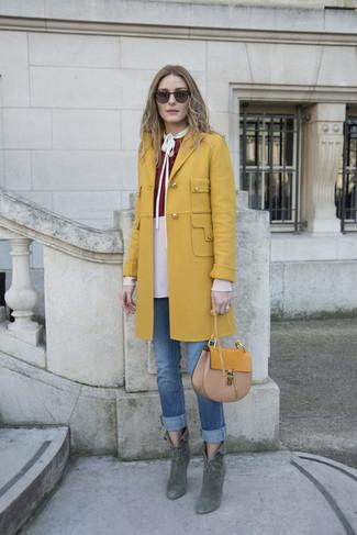 Olivia Palermo trägt Senf Mantel, Dunkelrote Langarmbluse, Blaue Jeans, Dunkelgrüne Wildleder Stiefeletten